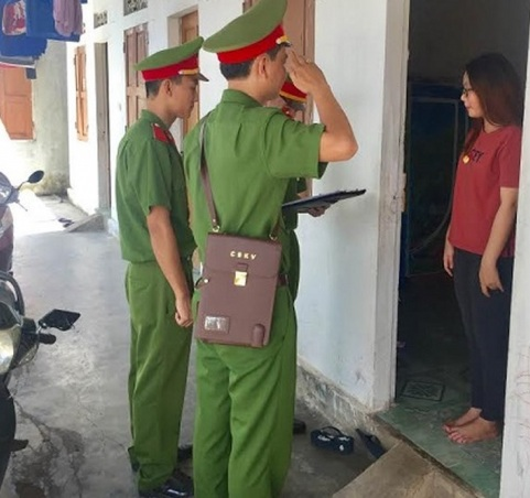 Cảnh sát khu vực kiểm tra tạm trú ở một dãy trọ