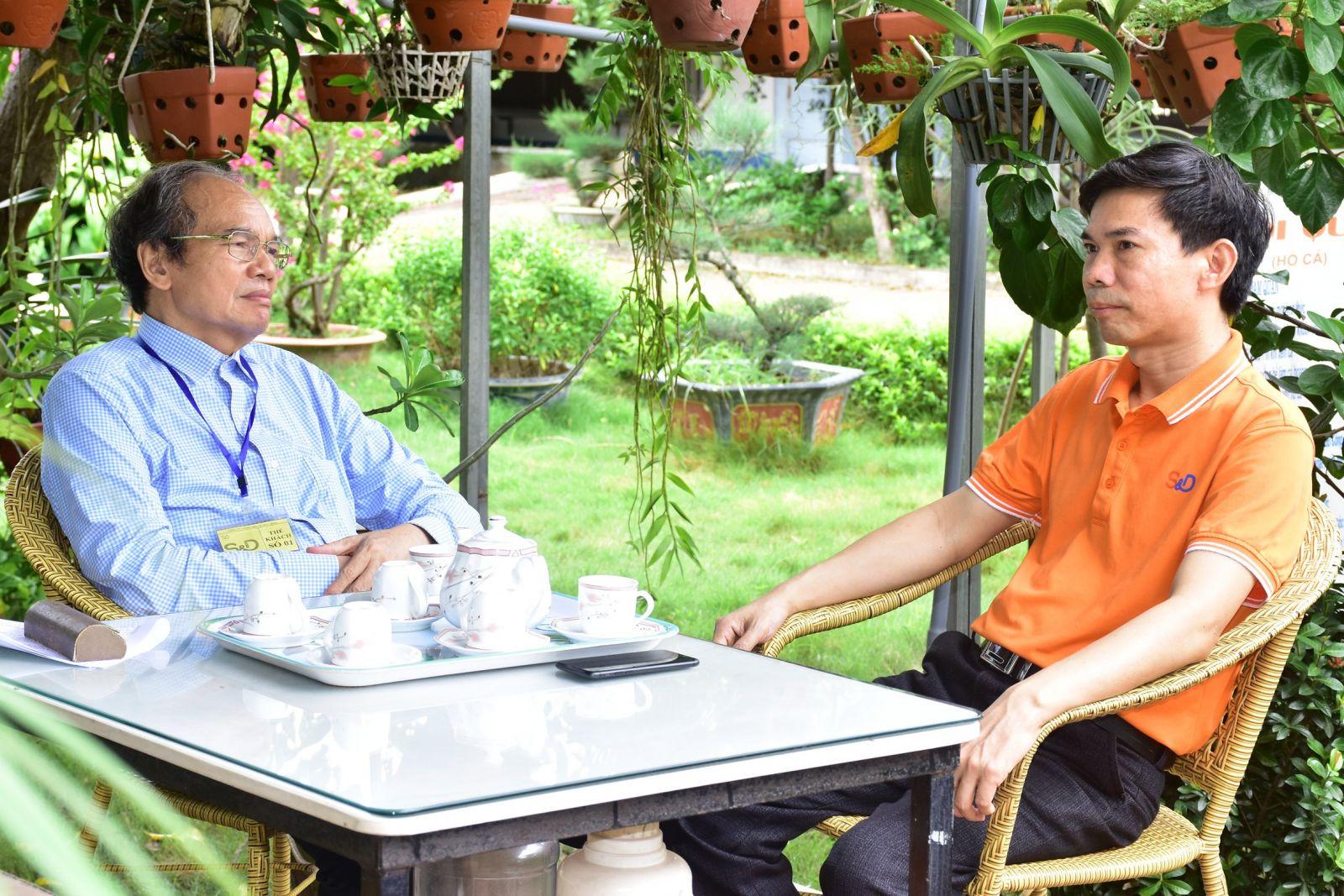 Ông Vũ Trí Tuệ - chủ tịch Công đoàn (bên phải) đang trao đổi với phóng viên