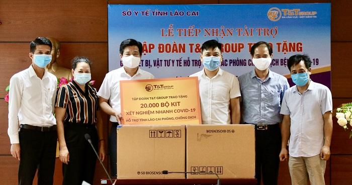 Đại diện Trung tâm kiểm soát bệnh tật tỉnh Lào Cai tiếp nhận 20.000 bộ kit xét nghiệm nhanh COVID-19 do Tập đoàn T&T Group trao tặng
