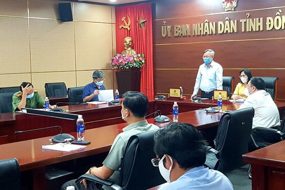 Chủ tịch UBND tỉnh Đồng Nai Cao Tiến Dũng báo cáo tại cuộc họp - Ảnh: B.A (Tuổi trẻ)