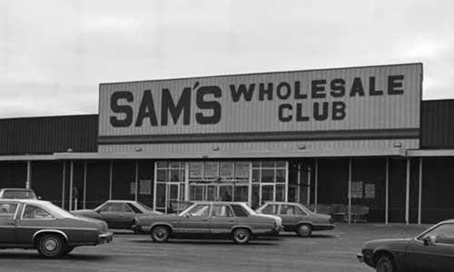 Sam Walton đã dốc sạch tiền để mở cửa hàng bán lẻ đầu tiên tại tại thị trấn Bentonville năm 1962. Nguồn ảnh: Internet