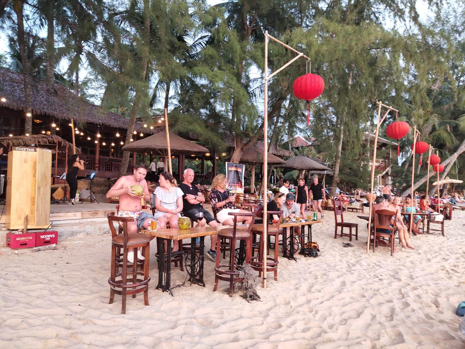Du khách nước ngoài tại Bãi Ông Lang, đảo Phú Quốc. Ảnh: HMH