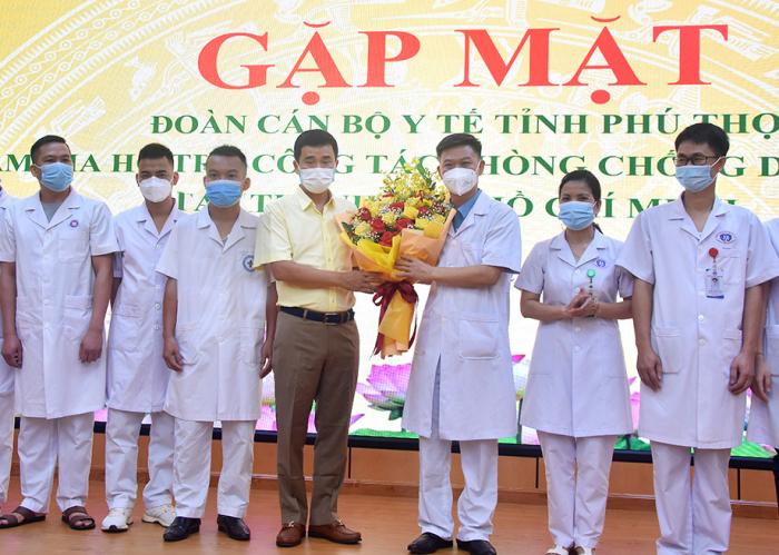 Phó chủ tịch UBND tỉnh Phú Thọ tặng hoa và động viên đoàn công tác