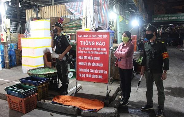 Ban Quản lý chợ Long Biên (Hà Nội) tuyên truyền, nhắc nhở các tiểu thương thực hiện nghiêm biện pháp phòng chống dịch