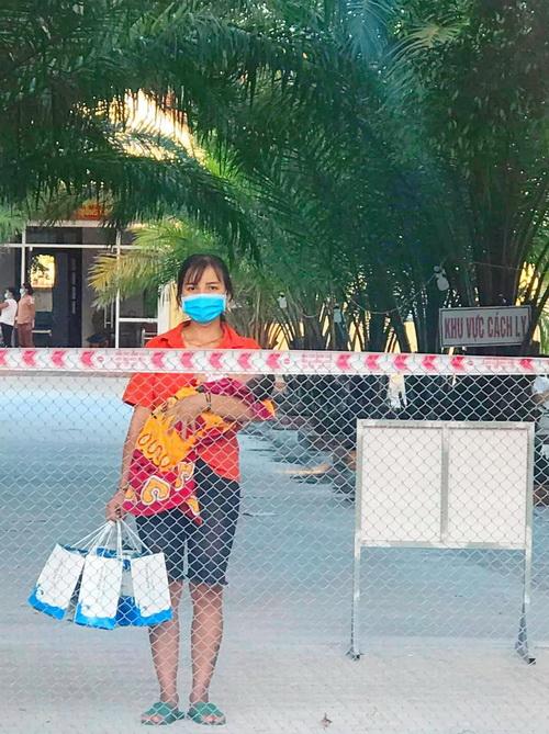 Chị Moong Thị Hồng bản Chăm Puông, xã Lương Minh, huyện Tương Dương, tỉnh Nghệ An có con hơn 3 tháng tuổi tại bệnh viện dã chiến số 1 thị trấn Hưng Nguyên, tỉnh Nghệ An nhận quà Natrumax Newbon cho con gái.