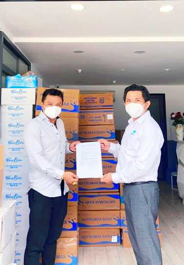 Đại diện quản lý của ca sĩ Đàm Vĩnh Hưng tiếp nhận quà Natrumax trao tặng cho các em ở các khu cách lý tại thành phố Hồ Chí Minh.