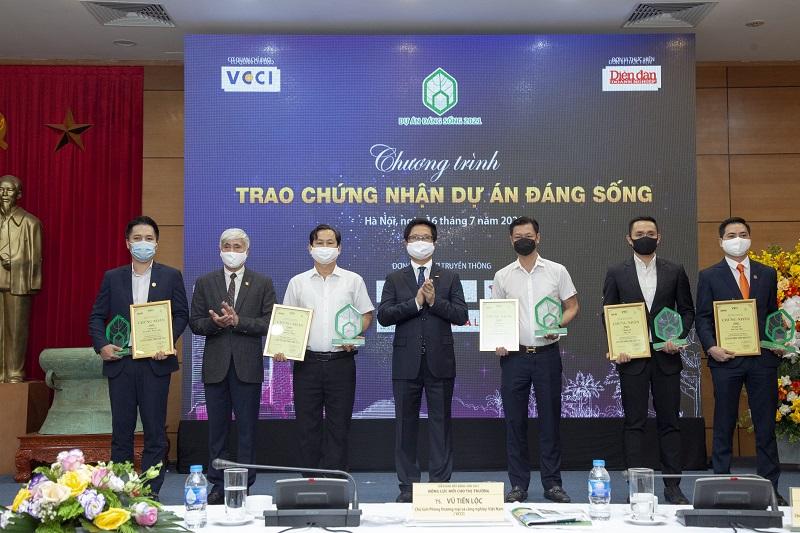Ông Phạm Hải Đăng - PTGĐ Tập đoàn GFS - Đứng ngoài cùng bên trái - nhận Chứng nhận Giải thưởng Dự án đáng sống