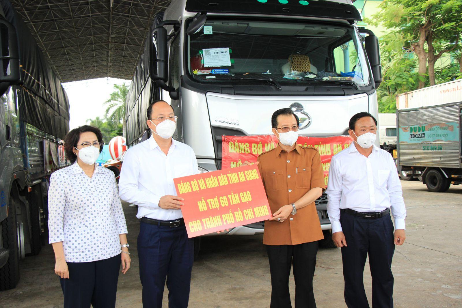 Trao bảng tượng trưng 60 tấn gạo tỉnh An Giang hỗ trợ TPHCM