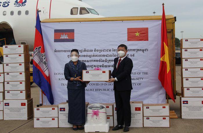 Phó Chủ tịch UBND TPHCM Dương Anh Đức thay mặt chính quyền và nhân dân TPHCM đón nhận thiết bị y tế và kinh phí từ đại diện Chính phủ Hoàng gia và người dân Campuchia trao tặng (Ảnh: VGP/Lê Anh)