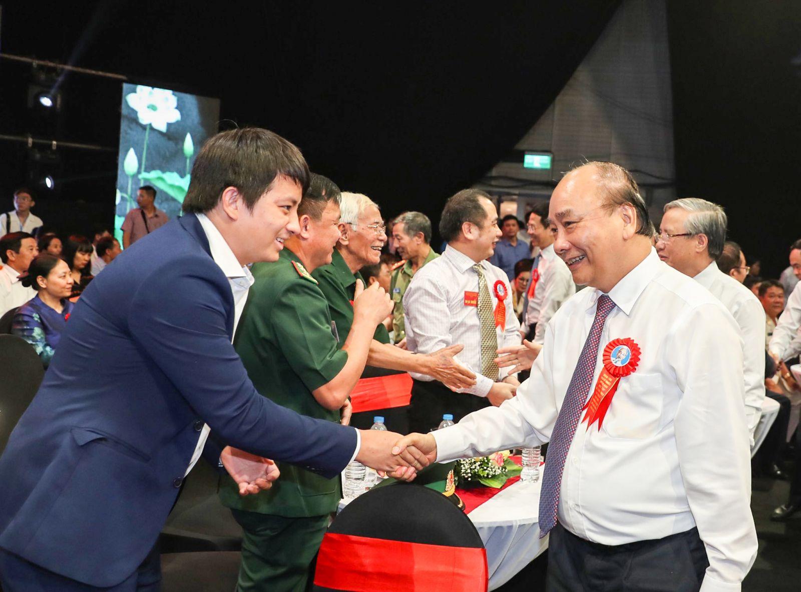 Hoàng Tuấn Anh gặp Thủ tướng Chính phủ tại Lễ vinh danh Công dân trẻ tiêu biểu 2020