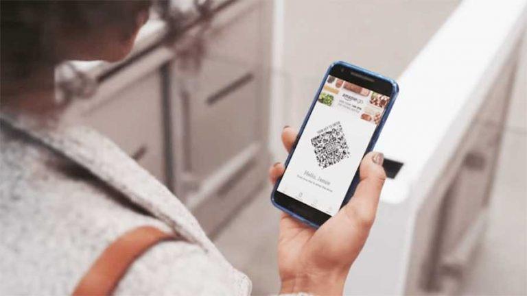 """Người dân sử dụng ứng dụng QR Code để mua hàng, giảm thiểu việc tiếp xúc tại phiên chợ """"0 đồng"""". (Ảnh: minh hoạ)"""