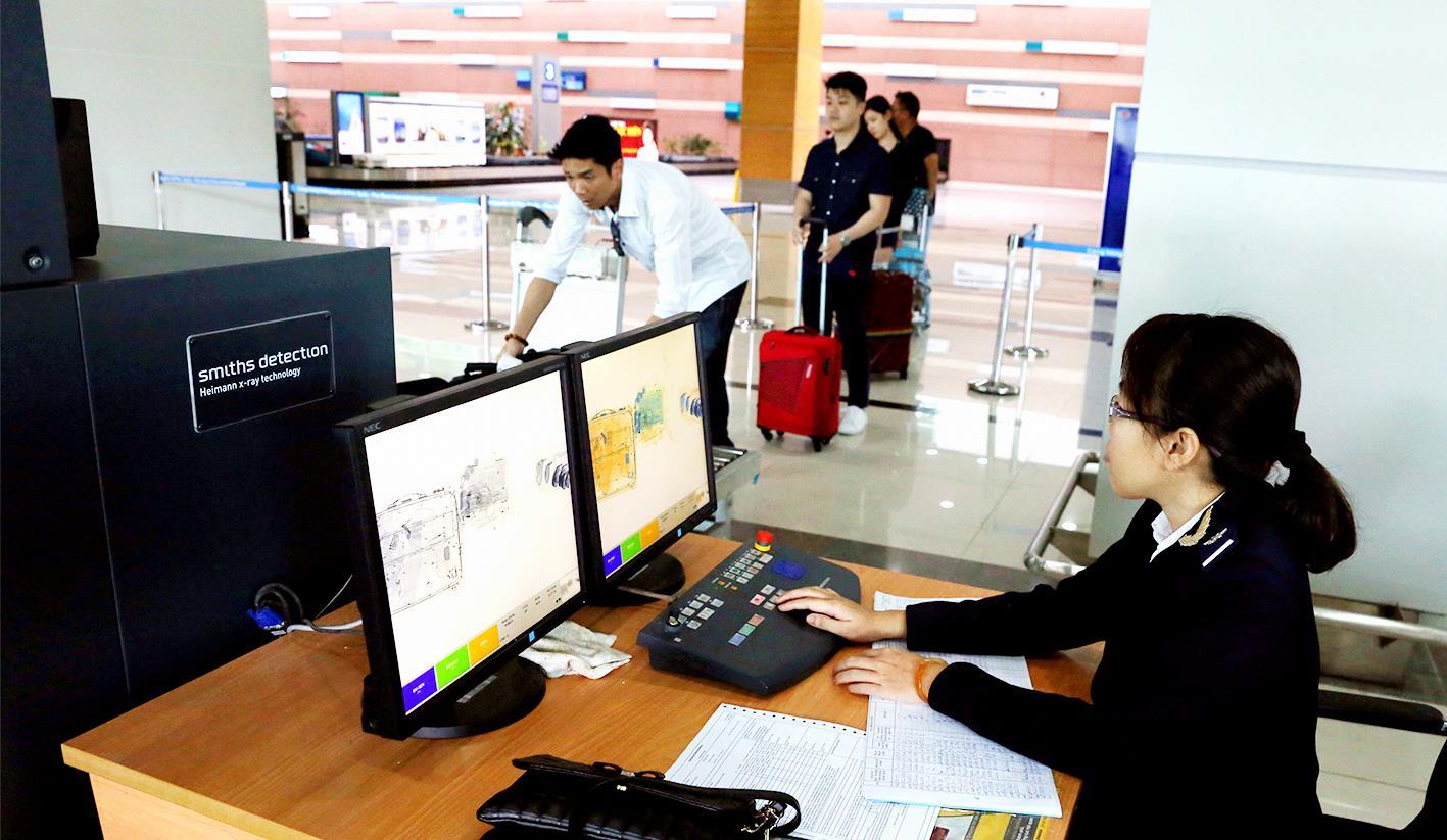 Làm thủ tục kiểm tra hải quan tại Cảng hàng không quốc tế Phú Quốc