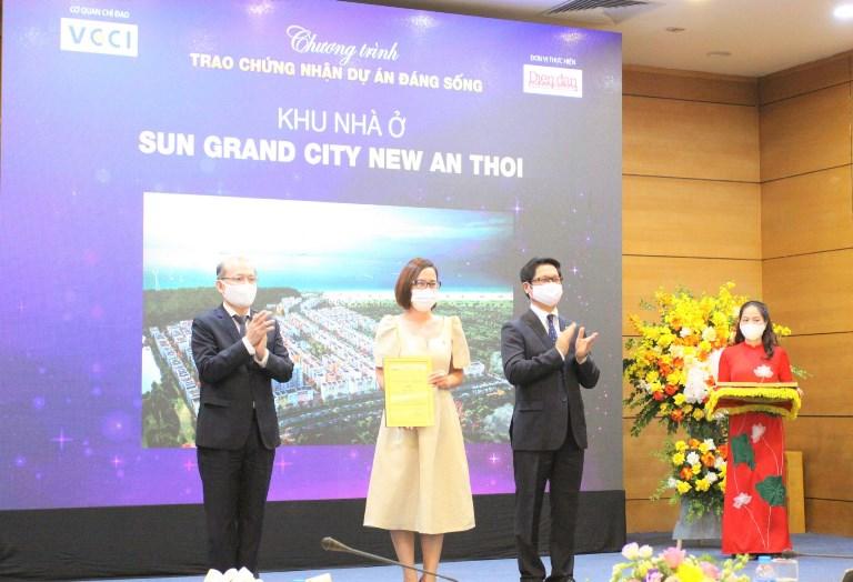 """Bà Nguyễn Ngọc Thúy Linh – Phó Tổng Giám đốc thường trực Sun Property nhận các giải thưởng của chương trình """"Dự án đáng sống 2021"""""""