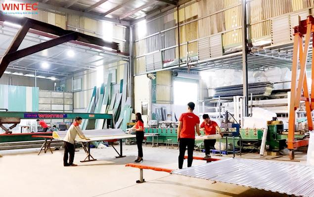 Đội ngũ công nhân kỹ thuật đang gia công các sản phẩm tại nhà máy của Wintec