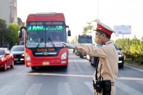 Hướng dẫn người dân đi qua các chốt kiểm dịch vào Thủ đô