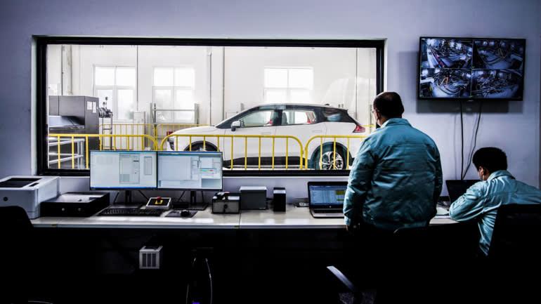 Công nhân kiểm tra ô tô tại một nhà máy của Aiways ở Thượng Hải: Công ty coi châu Âu là một thị trường đầy hứa hẹn khi cạnh tranh tại quê nhà ngày càng gay gắt. © Reuters