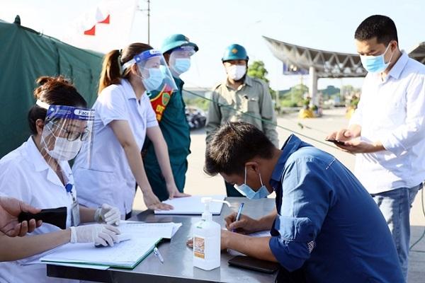 Tất cả người dân khi qua chốt đều bắt buộc phải thực hiện việc khai báo y tế và được nhân viên y tế đo thân nhiệt, kiểm tra sức khỏe