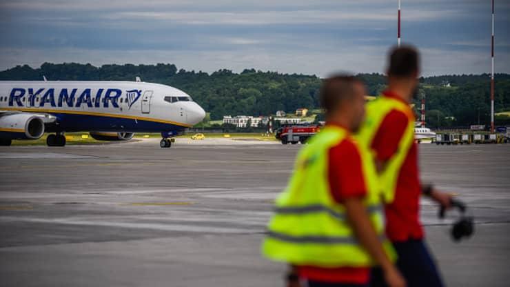 Một chiếc máy bay Boeing 737-800 của Ryanair chuẩn bị cất cánh tại sân bay Krakow.