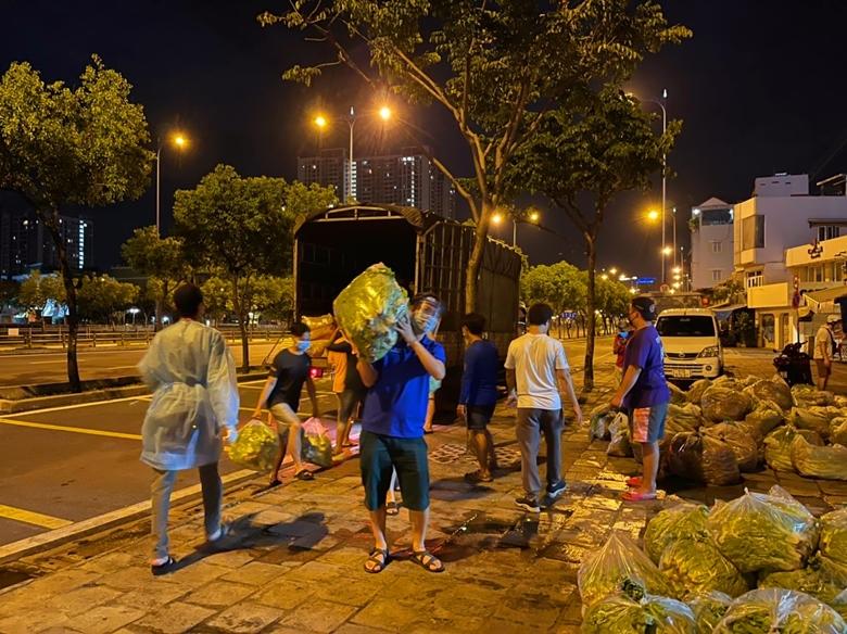 Các tình nguyện viên hỗ trợ vận chuyển rau củ quả tươi. (Ảnh: VKBIA)