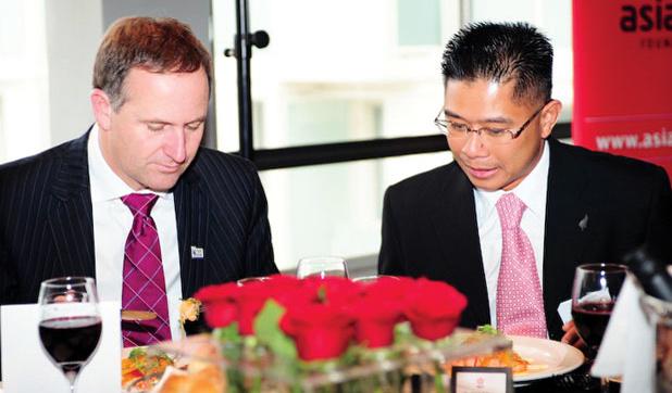 Chủ tịch Mitchell Pham (phải) của Tập đoàn Công nghệ Phần mềm Augen. Nguồn: Internet
