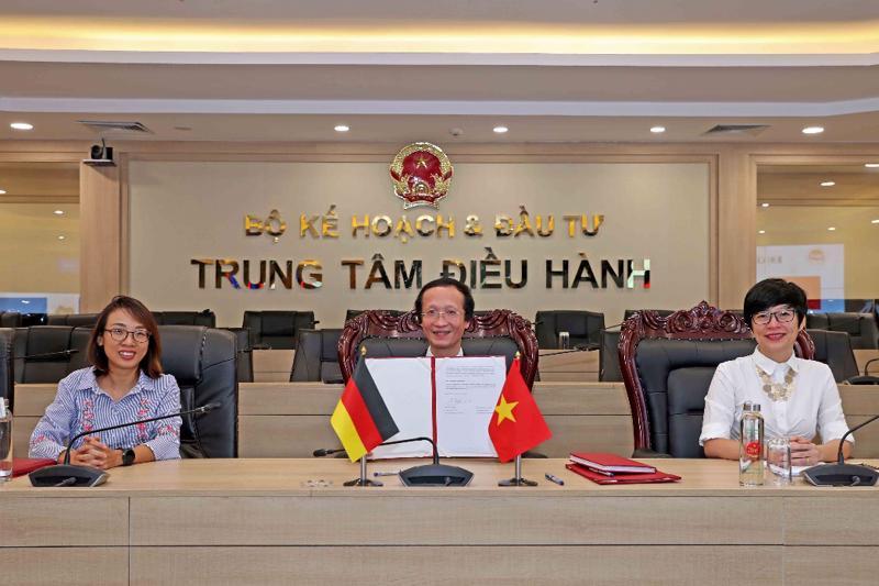 Ông Phạm Hoàng Mai ký kết Biên bản tại điểm cầu Bộ Kế hoạch và Đầu tư. Ảnh: Đức Trung (MPI).