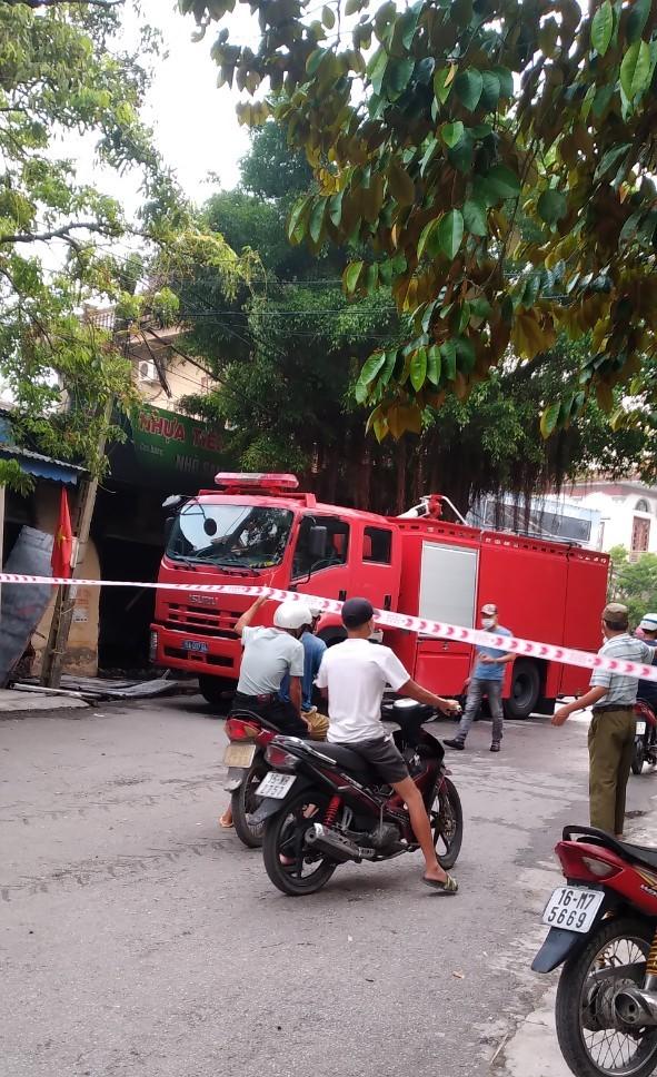 Xe cứu cháy cùng lực lượng PCCC nhanh chóng dập lửa, chống cháy lan, bảo vệ hiện trường vụ việc.