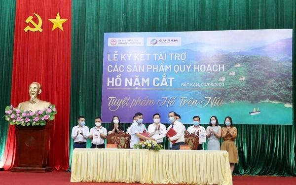 Ký kết tài trợ các sản phẩm quy hoạch giữa Tập đoàn Kim Nam và thành phố Bắc Kạn trước sự chứng kiến của đồng chí Bí thư Tỉnh ủy và lãnh đạo các Sở, ban, ngành của TP. Bắc Kạn