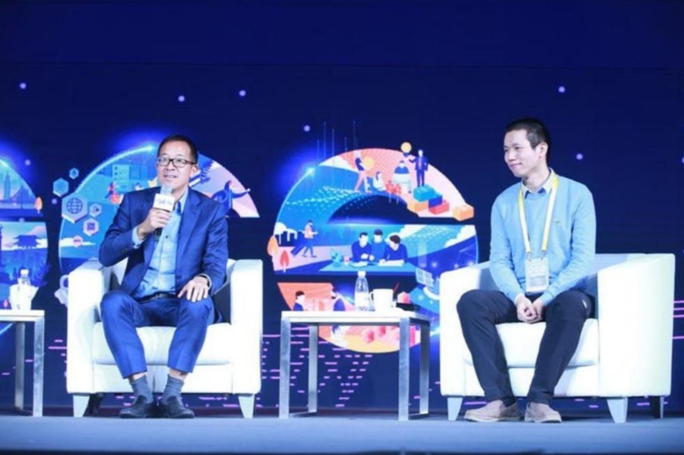 Michael Yu (trái) của New Oriental và Zhang Bangxin (phải) từ TAL Education