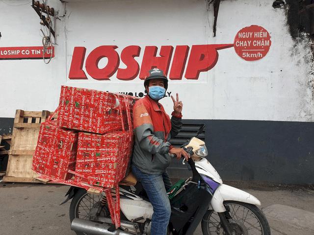 Một tài xế của Loship trên đường giao hàng giữa đại dịch