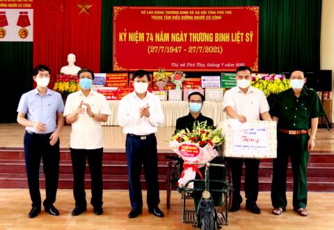 Lãnh đạo tỉnh Phú Thọ thăm, tặng quà gia đình chính sách, người có công