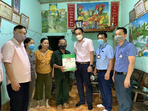 Công đoàn cơ sở NHCSXH tỉnh Hà Giang đã đến thăm hỏi và trao quà cho 30 gia đình là thương binh, bệnh binh và thân nhân liệt sĩ tại: TP Hà Giang, huyện Quản Bạ, huyện Vị Xuyên, mỗi suất quà trị giá 01 triệu đồng