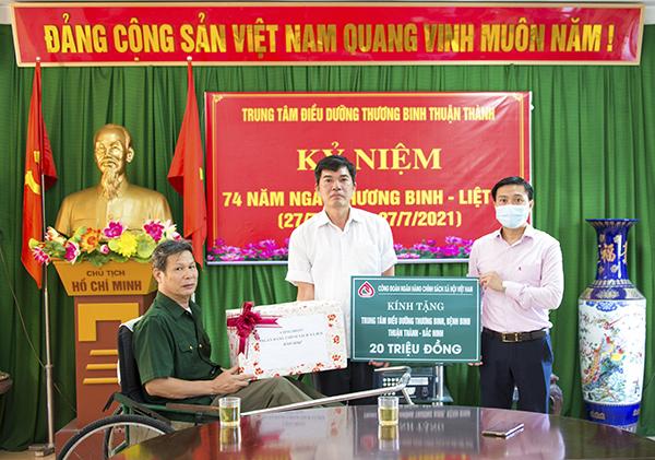 Công đoàn NHCSXH thăm hỏi các thương, bệnh binh tại Trung tâm điều dưỡng thương, bệnh binh huyện Thuận Thành (Bắc Ninh)