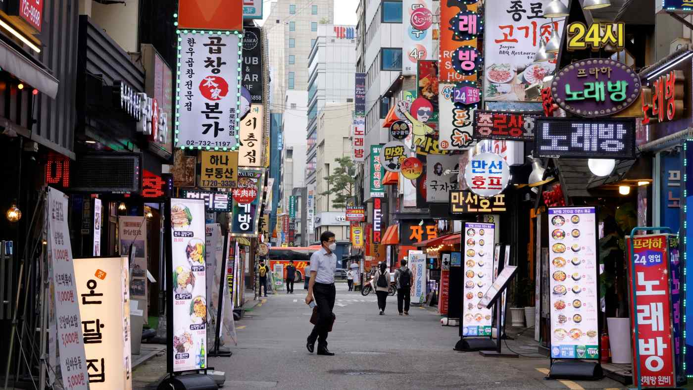 Một con phố ở Seoul trong đợt hồi sinh của coronavirus vào tháng Bảy. Tiêu dùng thúc đẩy nền kinh tế trong quý II nhưng có thể chậm lại trong quý III. © Reuters