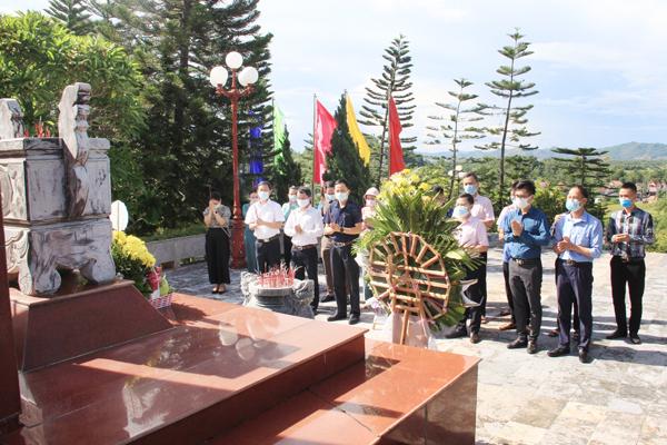 Công đoàn cơ sở NHCSXH tỉnh Hà Tĩnh dâng hoa, dâng hương tưởng nhớ các Anh hùng liệt sĩ yên nghỉ tại Nghĩa trang liệt sĩ quốc gia Nầm