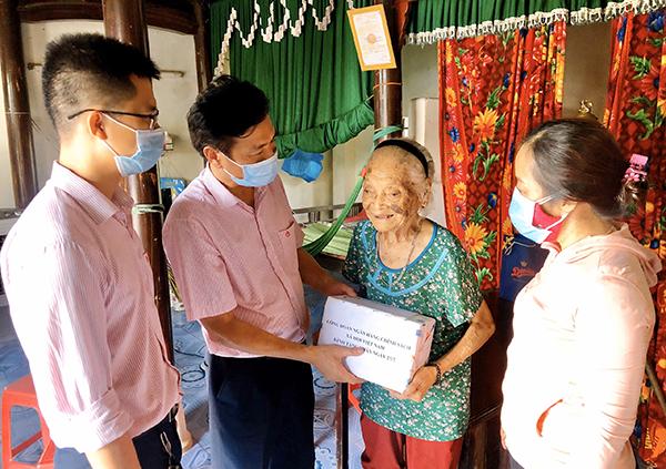 Công đoàn NHCSXH đã tổ chức thăm hỏi, tặng quà cho các Mẹ Việt Nam Anh hùng trên địa bàn huyện Quảng Ninh (Quảng Bình)