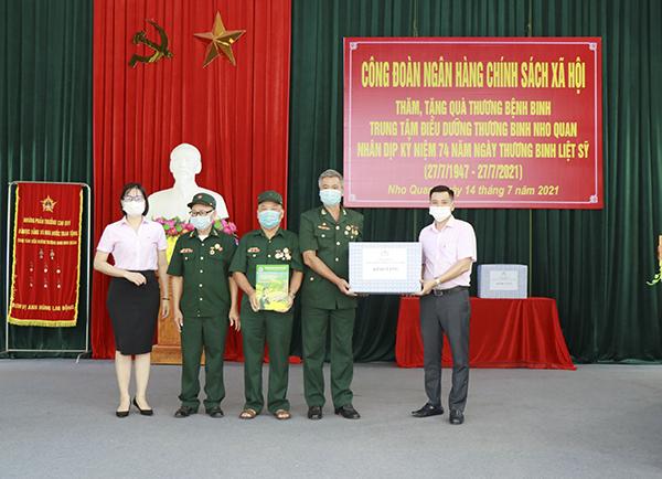 Công đoàn NHCSXH đến thăm và tặng quà các thương binh, bệnh binh tại Trung tâm điều dưỡng thương binh huyện Nho Quan (Ninh Bình)