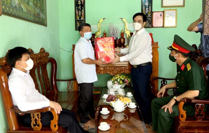 Phó Chủ tịch UBND tỉnh Phú Thọ- Nguyễn Thanh Hải thăm tặng quà gia đình ông trần Quốc Kều tại huyện Đoàn Hùng