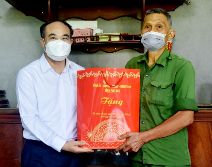 Ông Vi Mạnh Hùng- Trưởng Ban tuyên giáo tỉnh ủy Phú Thọ thăm tặng quà gia đình ông Hà Văn Ngưng huyện Tân Sơn