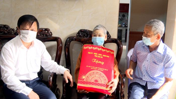 Ông Phan Trọng Tấn- Phó chủ tịch UBND tỉnh Phú Thọ thăm tặng quà gia đình mẹ Việt Nam anh hùng Đỗ Thị Bào tại thị xã Phú Thọ