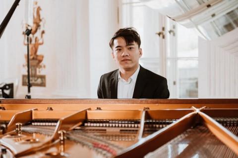 Thứ trưởng Ngoại giao Phạm Quang Hiệu chúc mừng nghệ sỹ Nguyễn Việt Trung vào chung kết cuộc thi piano quốc tế Frederik Chopin