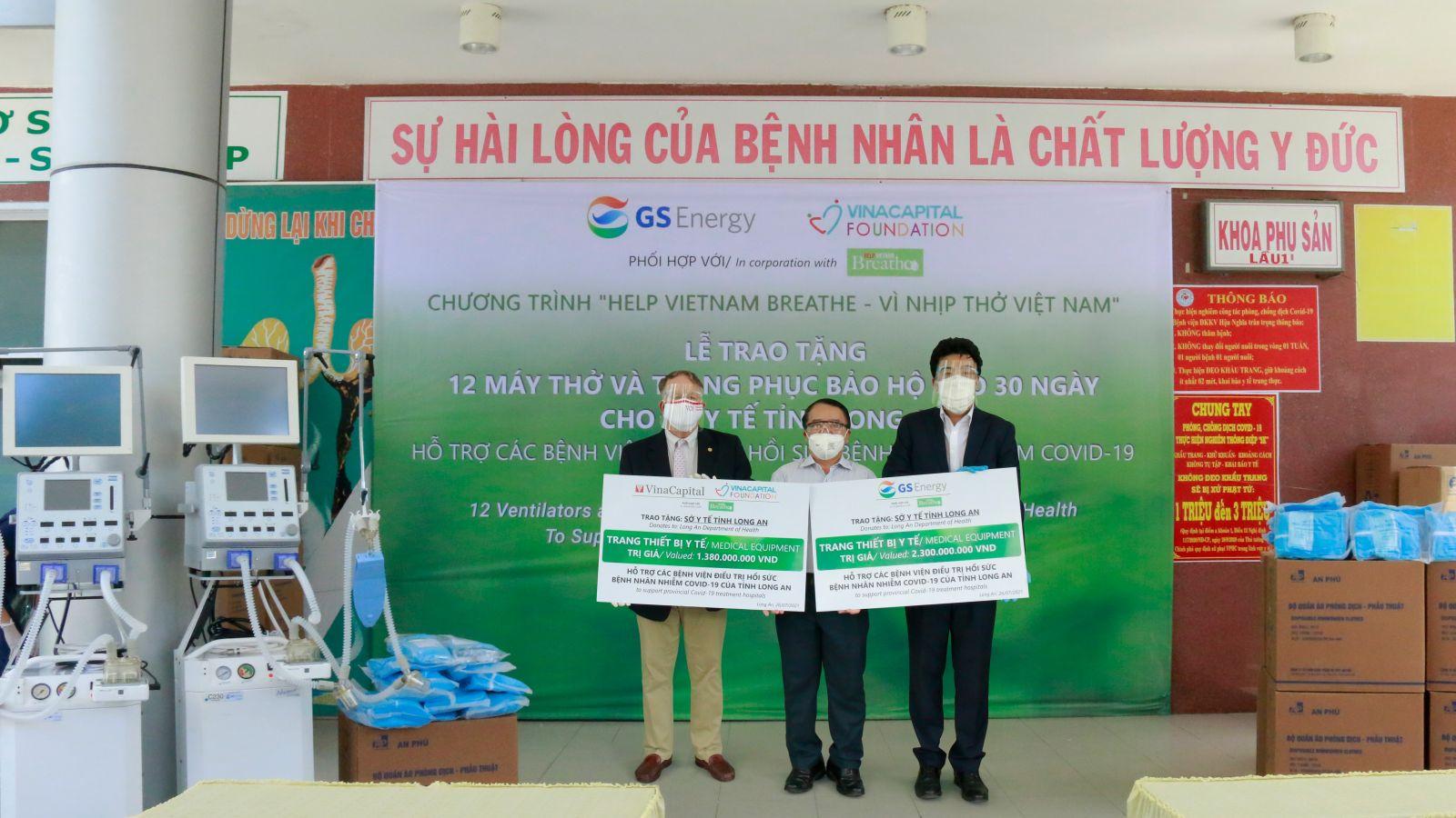 VinaCapital và GS Energy tặng 12 máy thở và trang phục bảo hộ cho tỉnh Long An