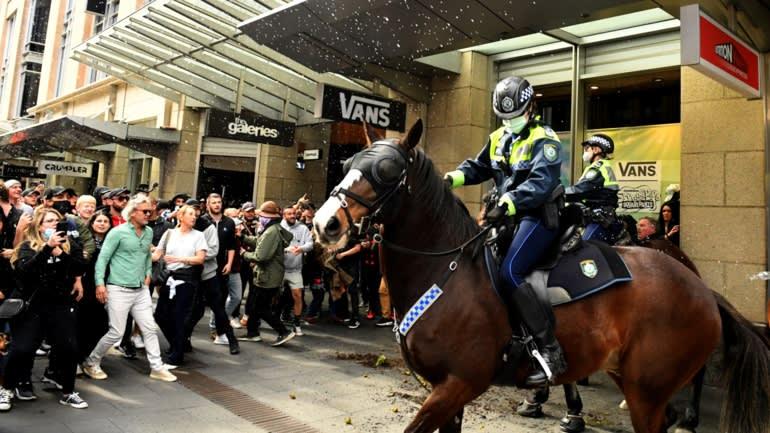 Những người biểu tình đối đầu với cảnh sát ở Sydney vào ngày 24 tháng 7, vì sự thất vọng với các đợt đóng cửa kéo dài. © Reuters