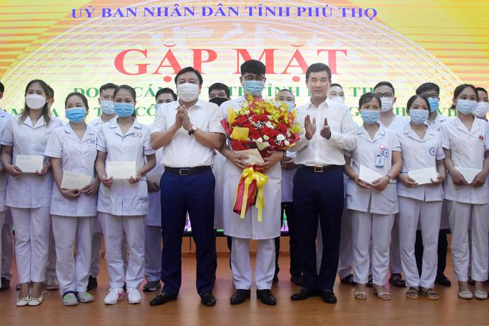 Phó chủ tịch UBND tỉnh Phú Thọ và Giám đốc Sở Y tế tặng hoa, động viên đoàn công tác lên đường giúp tỉnh Bình Dương