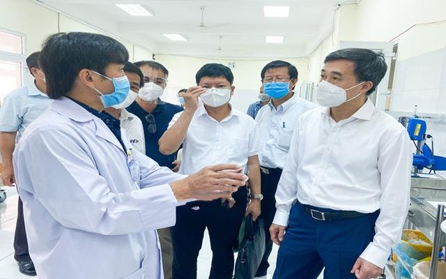 Thứ trưởng Bộ Y tế Trần Văn Thuấn thăm khu điều trị bệnh nhân Covid-19 tại cơ sở 2 Bệnh viện Đa khoa tỉnh.