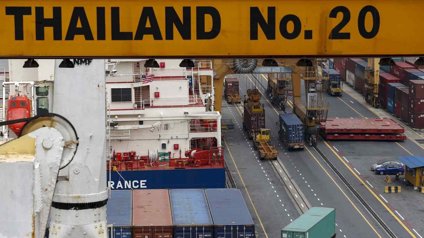 Các container vận chuyển đứng tại một cảng ở Bangkok. Xuất khẩu của Thái Lan trong tháng 6 đã tăng 44% so với một năm trước đó. © Reuters