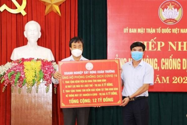 Ông Nguyễn Văn Trường, Giám đốc DN Xây dựng Xuân Trường (bên trái) trao tặng các thiết bị, dụng cụ y tế ủng hộ phòng chống dịch COVID-19. Ảnh: NT