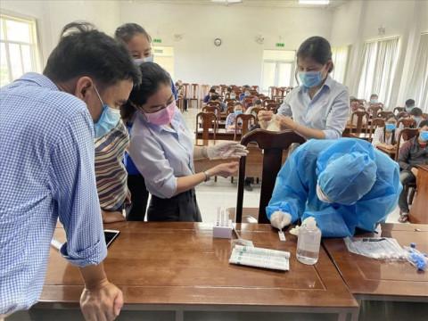 Khánh Hòa: hướng dẫn cách lấy mẫu test nhanh COVID-19 cho đội ngũ y tế tại các công ty ở Khu công nghiệp Suối Dầu
