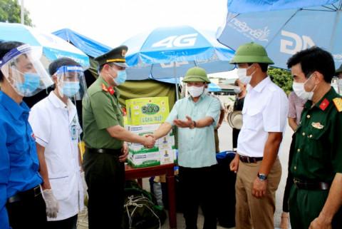 Chủ tịch UBND tỉnh Phú Thọ kiểm tra, động viên lực lượng tham gia trực chốt kiểm soát dịch COVID-19