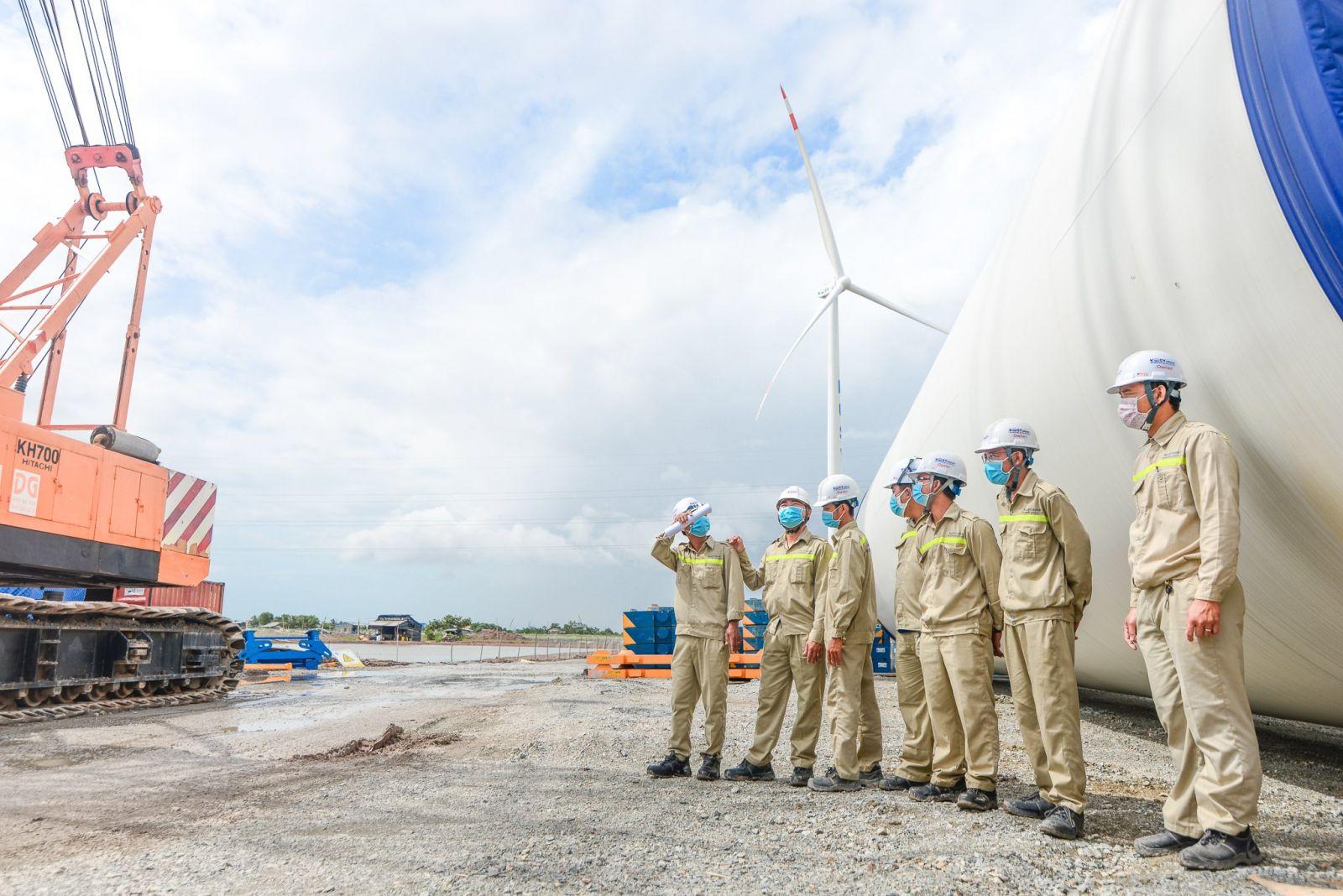 """Cán bộ dự án Điện gió Kosy Bạc Liêu thực hiện nguyên tắc """"3 tại chỗ"""" vừa tăng năng suất lao động vừa đảm bảo phòng chống dịch Covid-19."""
