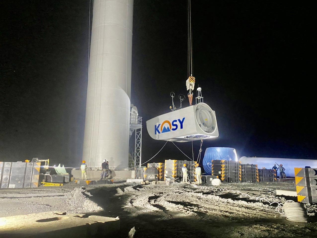Công tác lắp turbine dự án được thực hiện ngày đêm.